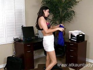 La milf birichina Nikki Daniels è stanca di indossare i suoi vestiti