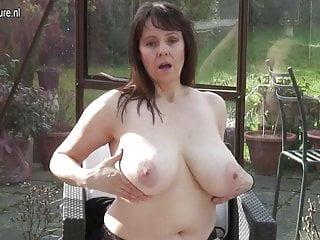 Una casalinga britannica dal seno grosso si masturba in lei