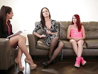 Il terapista di famiglia gioca con la mamma e la figliastra