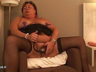 Grande madre matura amatoriale che gioca con se stessa