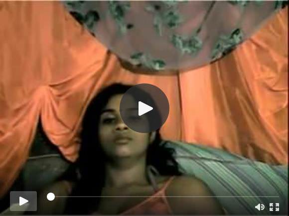 भारतीय लड़की ने अपने शरीर का खुलासा किया