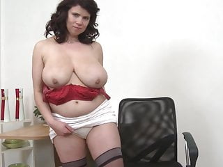 Madre matura sexy con grandi tette naturali