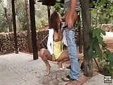 Brunette en jupe jaune baise dehors