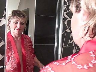 Madre troia matura con tette cadenti che fanno un bagno