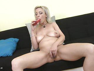 Mamma sexy Brenda con tette cadenti e fica affamata