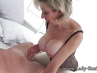 Hot MILF Sonias marito si lascia succhiare il cazzo con uno sconosciuto