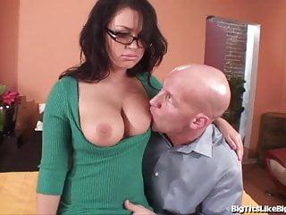 La ragazza porno Eva Angelina scopa un grosso cazzo