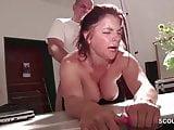 Azubine wird direkt am ersten Tag vom dicken Chef gefickt