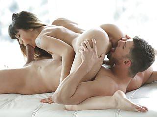 Mona Kims culo rotondo perfetto coperto di sperma