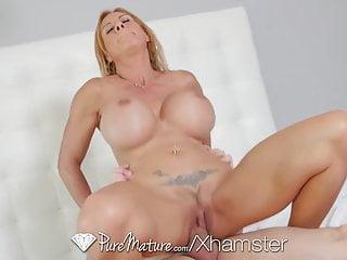 Brooke Tyler mostra le sue enormi tette PureMature