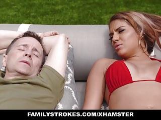 FamilyStrokes Preso si masturba e scopa dalla matrigna