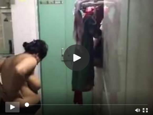 बड़े स्तन के साथ भारतीय चाची Hiddencam स्नान