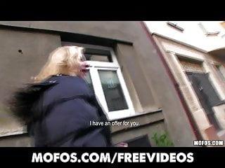 La timida ragazza ceca bionda accetta di prendere soldi per una scopata pubblica