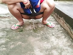 Maid in saree outdoors, public pissing, fingering