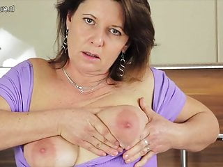 Real mature slut mom loves to play with...