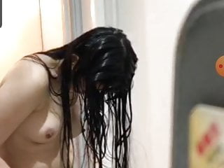 JAV girl movie herself out of the tub on periscope