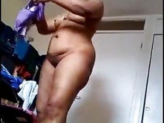 Desi Hot mom caught in hiddencam