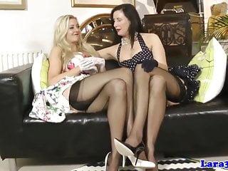 MILF glamour britannico in lingerie lez fun