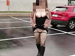 She shows off with dildo and squirts in public places