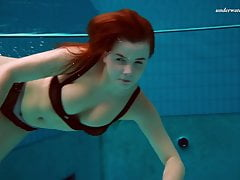 Czech chick Vesta enters swimming pool naked
