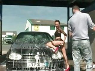 Baise et sodomie au car wash