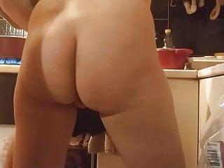 Kitchen sex, Helpnig hand nude cooking