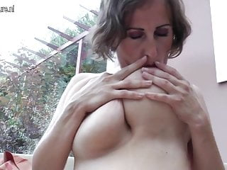 Madre matura dal seno grande che gioca da solo