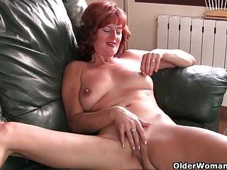 La mamma dai capelli rossi matura si masturba sul divano