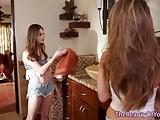 Lesbiche seduce diga adolescente con diteggiatura