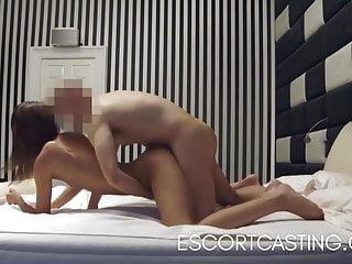 Adolescente magro catturato scortando sulla macchina fotografica nascosta in hotel