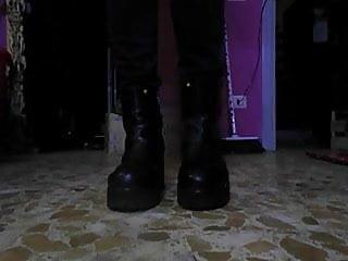 E i nuovi stivali belli massicci per schiacciarti...