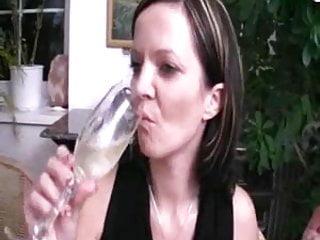 Ein Glas Ehre für das Rauchen Mädchen