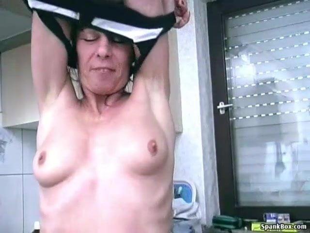 Ujjazás és banánnal maszturbálás a fia előtt