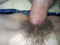 Ráverte az összes spermáját anyja szőrös puncijára a szex után