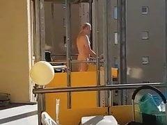 Merlot Nackt Auf Dem Balkon