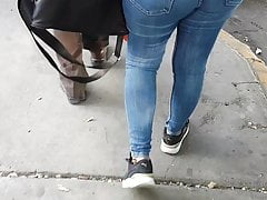 buenas nalgas en jeans ajustados esperando transporte Porn Videos