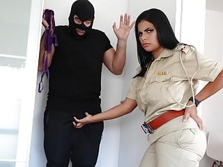 Police wali ne chor ko apne boobs se...