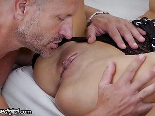 Starší muž si pochutnavá na mladej kundičke