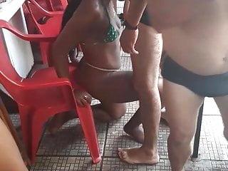 Puta mamando no bar...
