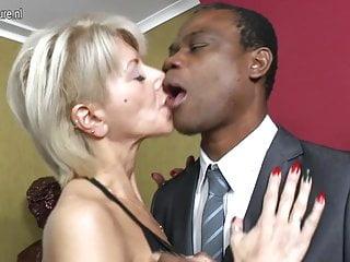 La madre bianca calda diventa nera mentre il marito è via
